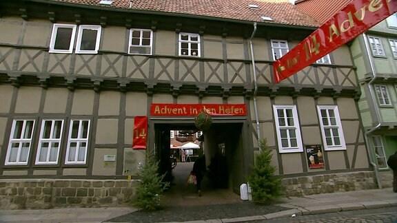 """Mehr als 20 historische Fachwerkhäuser öffnen beim Quedlinburger """"Advent in den Höfen"""" ihre Tore und geben den Besuchern einen Einblick in ihre mittelalterlichen Höfe."""