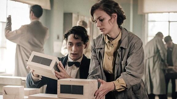 Lotte (Alicia von Rittberg) und Paul (Noah Saavedra) entwerfen ihr erstes gemeinsames Achitekurmodell.