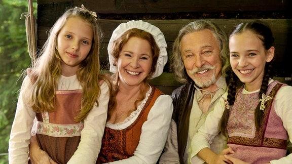 Barborka (Charlotte Ella Gottová, rechts) und ihre Freundin (Nelly Sofie Gottová, links) sind gern bei Großvater (Karel Gott) und Großmutter (Kamila Magálová) in der Schmiede.