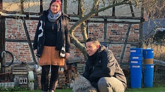"""Kerstin Ott (re.) und Sabine Eck (li.) vom Hof Lana auf dem Gelände des Tierschutzverein """"Die Seelentröster - Tiere helfen Menschen e.V."""""""