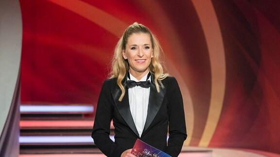 """Moderatorin Stefanie Hertel führt - gekleidet im Frack - durch die """"Show der langen Beine"""" 2017"""