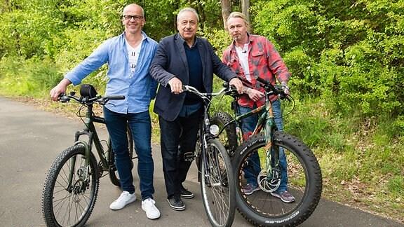 v.l.: Dirk Bräuer, Wolfgang Stumph und Thomas Haase am Kegelspielradweg in Burghaun