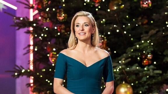 Moderatorin Stefanie Hertel im grünen schulterfreien Kleid