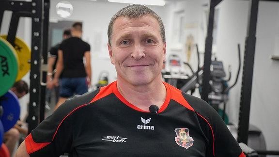 Jens Podhornik engagiert sich in Arnstadt, wo er mit behinderten Menschen Kraftsport trainiert.