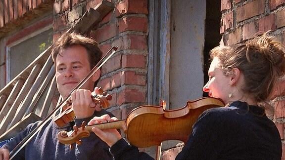"""MDR KLASSIK Die beiden Musiker Adam Markowski und Annemarie Gäbler spielen sonst im MDR-Sinfonieorchester, heute aber als """"MDR-Lieder-Lieferdienst"""" bei der Tafel in Eisleben."""