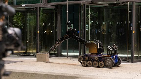 Ein Roboter entschärft einen verdächtigen Koffer im Foyer des MDR-Hochhauses.