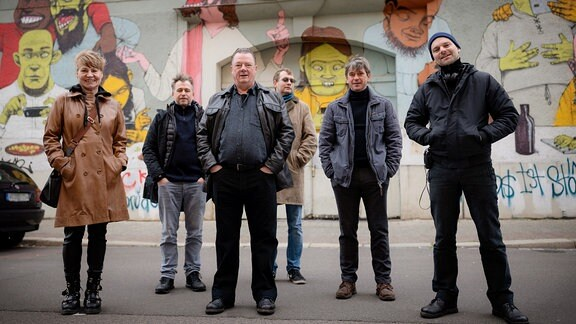 """Drehstart für den Jubiläums-Polizeiruf """"An der Saale hellem Strande"""" (AT). Das Team in der """"Freiraumgalerie"""" in Halle (Saale). 17.11.2020"""