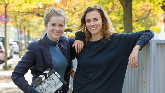 "Drehstart-Foto ""Tatort Dresden: Das Nest""; v.l. Cornelia Gröschel; Karin Hanczewski"