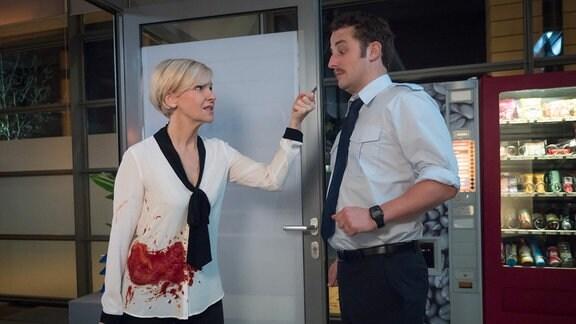 Eines Nachts kommt Dr. Kathrin Globisch (Andrea Kathrin Loewig) blutverschmiert in die Sachsenklinik. Irgendetwas Furchtbares muss passiert sein. Als Tom Fichte (Bastian Reiber) sich überwindet nachzufragen, könnte dies auch die falsche Entscheidung gewesen sein.