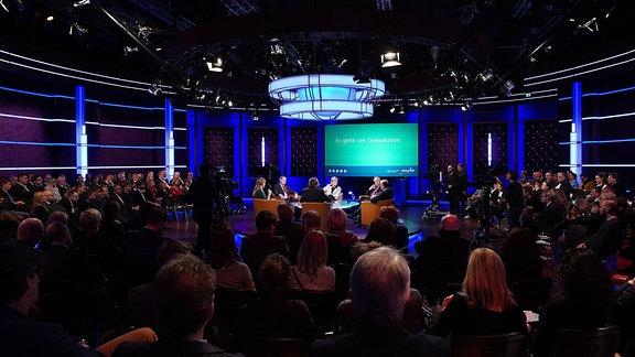 Im Bild (v.l.): Moderatorin Wiebke Binder, Bodo Ramelow, Vinzenz Wyss, MDR-Intendantin Karola Wille, Reiner Haseloff und Oliver Schenk
