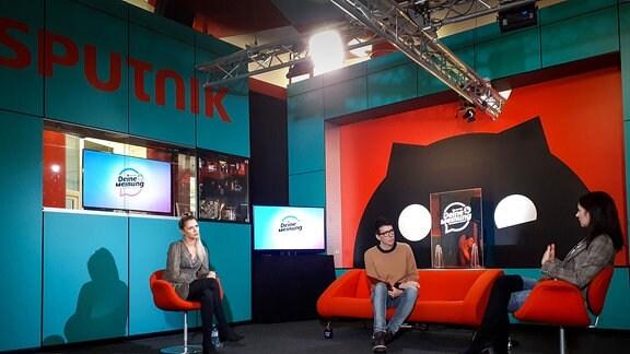 Auftaktgespräch für das erste große Thema beim Mitmach-Podcast von MDR SPUTNIK: Von links Model Sara Kulka, Moderator Raimund Fichtenberger und Psychologin Dr. Annegret Wolf