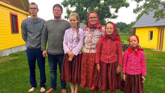 Mare mit Ehemann Olavi und ihren vier Kindern, sie leben auf Kihnu