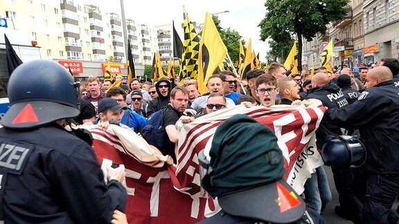 """ARD/NDR DIE STORY IM ERSTEN: AM RECHTEN RAND, """"Wie radikal ist die AfD?"""", am Montag (15.10.18) um 22:45 Uhr im ERSTEN. Demonstration der """"Identitären"""" im Juni 2017 in Berlin - Sie inszenieren sich als gewaltfreie Jugendorganisation, durchbrechen aber gewaltsam eine Polizei-Absperrung. © NDR/Sebastian Heidelberger, honorarfrei - Verwendung gemäß der AGB im engen inhaltlichen, redaktionellen Zusammenhang mit genannter NDR-Sendung bei Nennung  (S2). NDR Presse und Information/Fotoredaktion, Tel: 040/4156-2306 oder -2305, pressefoto@ndr.de"""