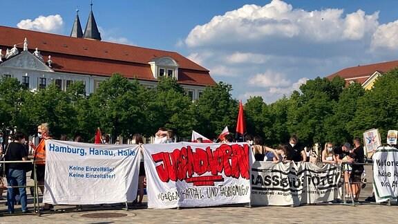 """ARD/MDR EXCLUSIV IM ERSTEN: DIE AFD IM SUPERWAHLJAHR, """"Extrem (und) unter Druck"""", am Montag (26.07.21) um 22:00 Uhr im ERSTEN. Gegenwind für die AfD - Proteste begleiten die meisten Wahlkampf-Kundgebungen wie hier in Magdeburg © MDR/Jana Merkel, honorarfrei - Verwendung gemäß der AGB im engen inhaltlichen, redaktionellen Zusammenhang mit genannter MDR-Sendung bei Nennung """"Bild: MDR/Jana Merkel"""" (S2+). MDR/HA Kommunikation, 04360 Leipzig, Tel: (0341) 300 6477 oder - 6463"""