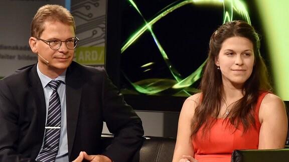 Dr. Ulrich Liebenow, Betriebsdirektor des MDR, und Carola Mayr (1. Preis)