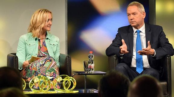 Moderatorin Anja Koebel und NDR-Intendantin Lutz Marmor