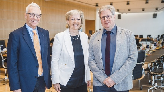 v.l.: Georg Schmolz (Leiter Barrierefreiheit), Prof. Dr Karola Wille (MDR-Intendantin) und Prof. Dr. Thomas Kahlisch (Direktor der Deutschen Zentralbücherei für Blinde)