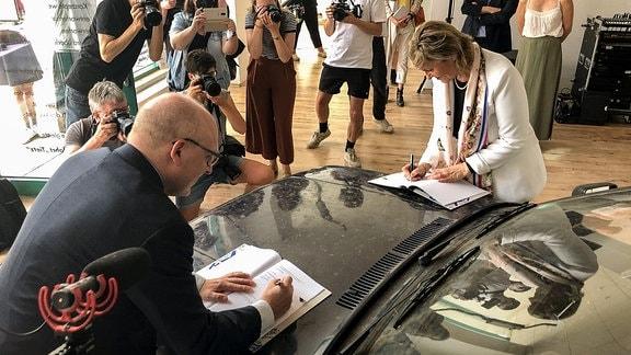 MDR-Intendantin Karola Wille (re.) und der Chemnitzer Oberbürgermeister Sven Schulze unterzeichnen Kooperationsvereinbarung für Chemnitz 2025