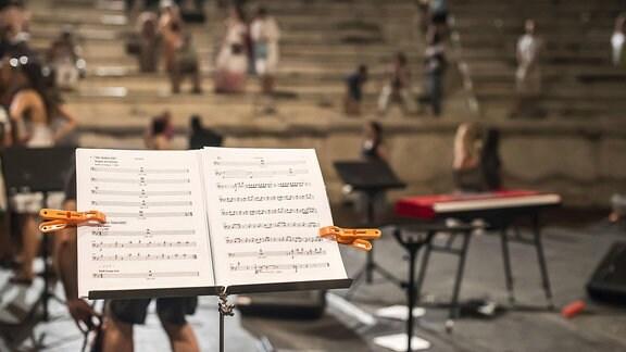 Ein Notenpult bei einem Konzert