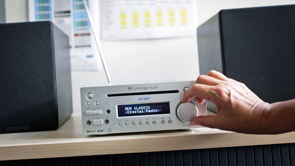 Ein Digitalradio wird bedient