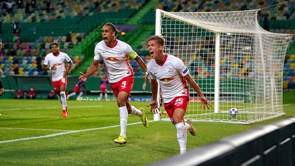 Dani Olmo RBL und Yussuf Poulsen jubeln nach einem Tor für RB Leipzig.