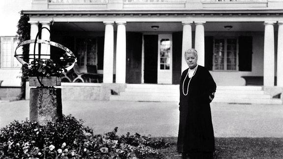 Selma Lagerlöf, Schwedische Authorin, steht vor einem Haus. Aufnahme von 1918.