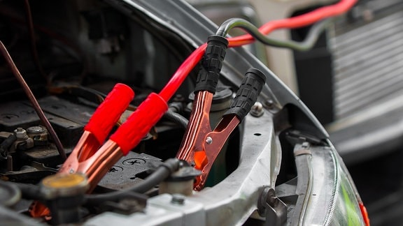 Starthilfekabel an einer Autobatterie