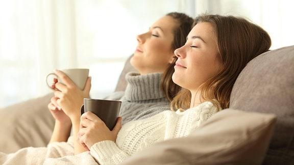 Zwei Frauen entspannen auf einem Sofa