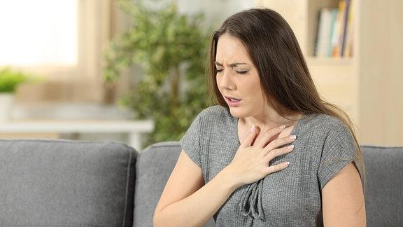 Frau leidet an Atemproblemen