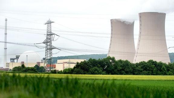 Wasserdampf steigt aus den Kühltürmen des Kernkraftwerks Grohnde in der Gemeinde Emmerthal (Niedersachsen)