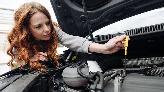 Auto - Reparatur - Ölstand