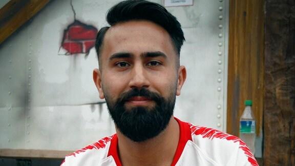 FIFA-E-Sportler Cihan Yasarlar (RB Leipzig) posiert vor der Kamera.