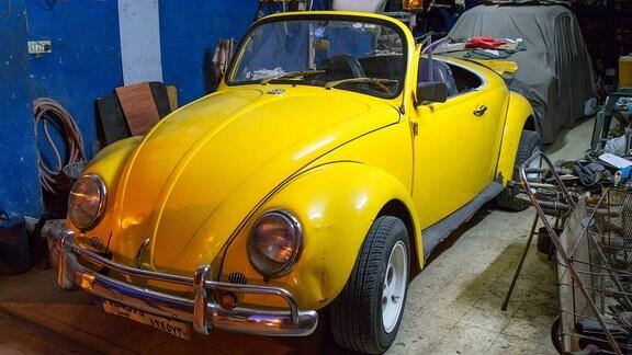 Gelbes Käfercabrio in einer Garage