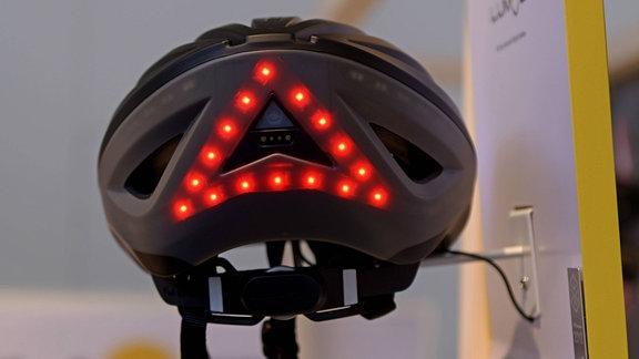 Fahrradhelm mit integrierter Beleuchtung und Blinker, 2018