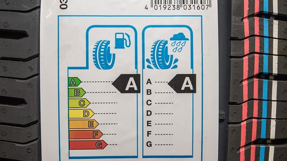 EU-Reifenlabel der Kategorie AA auf einem Autoreifen