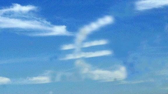 Eurozeichen aus Kondensstreifen am Himmel