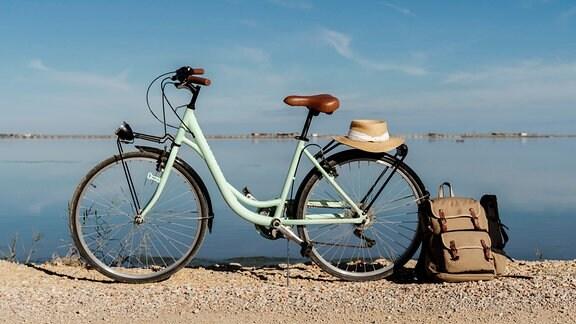 Ein Rucksack steht neben einem Fahrrad