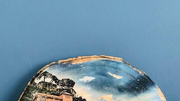 Ein Bild einer Stadt am Meer auf einer Baumscheibe