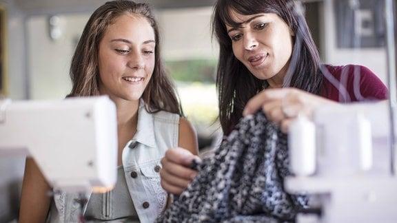 Mutter und Tochter an einer Nähmaschine