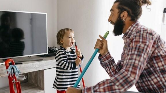 Vater und Tochter beim putzen.