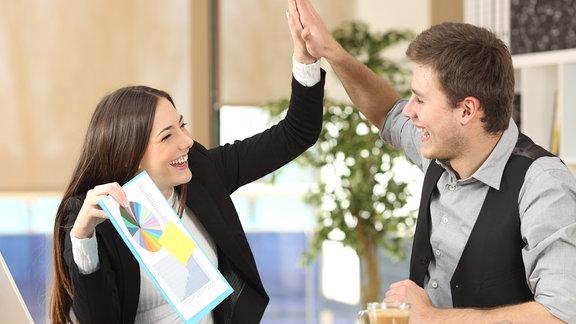 Ein Pärchen gibt sich ein high five