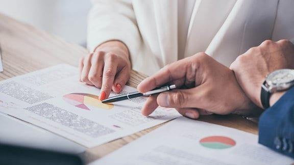 Hände halten einen Stift
