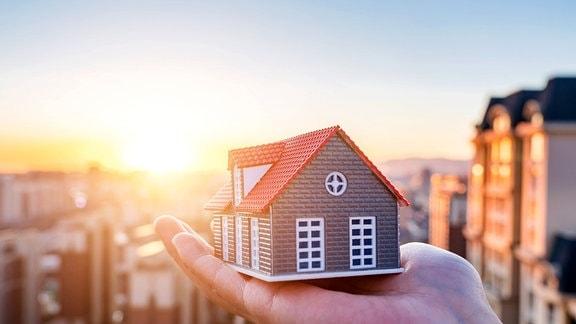 Modelbauhaus auf einer Handfläche
