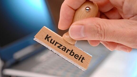 Symbolbild: Stempel mit der Aufschrift «Kurzarbeit»