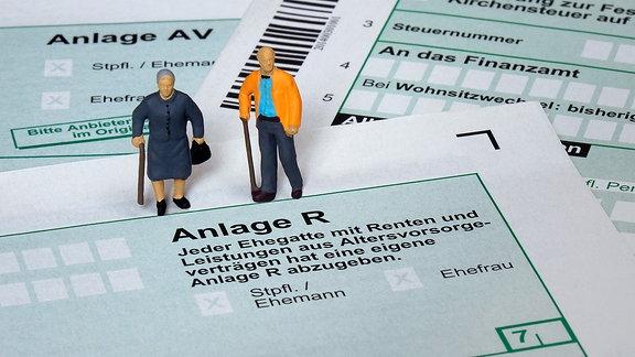 Auf einem Formular der Anlage R stehen Rentnerfiguren