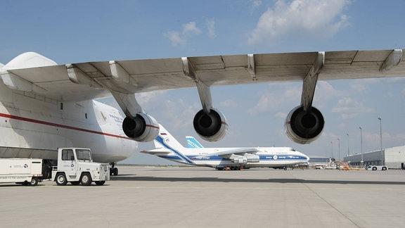 Tragfläche und Triebwerke einer Antonov AN 225