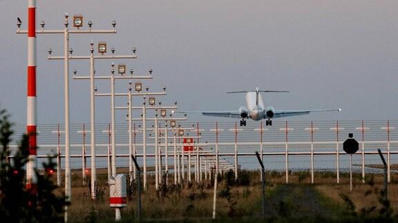 Flugzeug im Landeanflug hinter den Positionslichtern auf dem Flughafen Leipzig/Halle