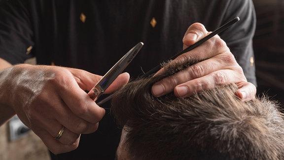 Haare schneiden beim Friseur