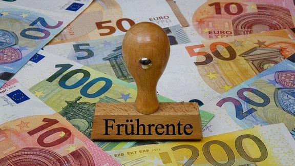 Stempel mit der Aufschrift 'Frührente' auf Geldscheinen