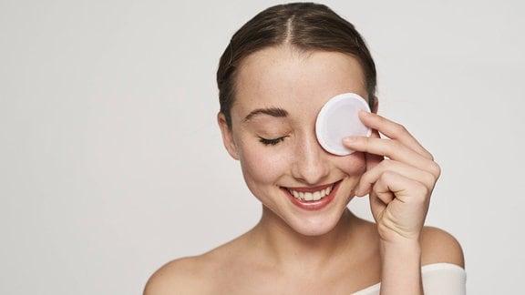 Eine Frau bei der Gesichtspflege
